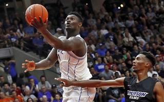 Zion Williamson (l.) glänzte in seinem Debüt für Duke mit 29 Punkten und 13 Rebounds