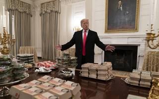 Football: Trump begrüßt Clemson Tigers mit Pommes und Pizza, US-Präsident Donald Trump begrüßt das Football-Team der Clemson Tigers mit Fast Food