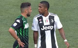 Douglas Costa (r.) verlor gegen Sassuolo die Nerven