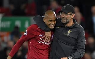 Jürgen Klopp (r.) freut sich mit Liverpool-Profi Fabinho über den Sieg gegen PSG