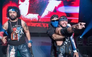 Ortiz (l.) und Santana (r., mit Manager Konnan) werden nun von WWE und AEW umworben