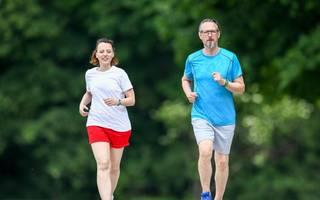 Gemeinsam sind wir fit: Den Partner begleiten zu wollen, kann für den Start Motivation genug sein. Irgendwann braucht aber jeder einen eigenen Grund, zum Beispiel Joggen zu gehen