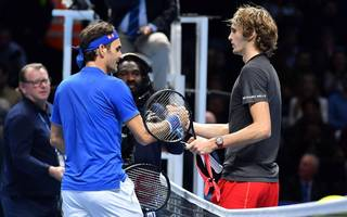 Roger Federer (l.) musste sich bei den ATP-Finals Alex Zverev geschlagen geben