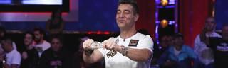 Zehn Millionen Dollar und ein Armband: Hossein Ensan präsentiert seinen Gewinn bei der WSOP