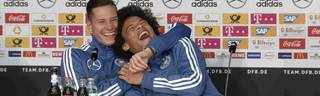 Julian Draxler und Leroy Sane haben auf der Pressekonferenz Grund zu Lachen