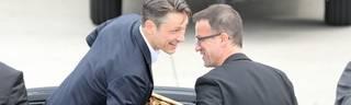 Bundesliga: Fredi Bobic, Christian Heidel und Michael Preetz über Trainermarkt, Ex-Eintracht-Trainer Niko Kovac (l.) und Fredi Bobic feiern den Pokalgewinn der Eintracht