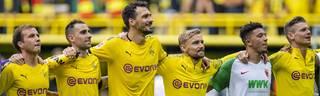 Mats Hummels (3.v.l.) ließ sich nach dem BVB-Sieg gegen Augsburg mit den Teamkollegen feiern