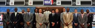 Stephen Curry (6.v.l.) bekam beim NBA Draft 2009 satte sechs Mal die kalte Schulter