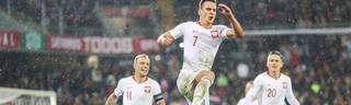 Arkadiusz Milik (M.) sicherte Polen mit seinem herausgeholten und selbst verwandeltzen Elfmeter zum 1:1 einen Punkt in Portugal