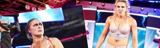 Bei den WWE Survivor Series 2018 wurde Ronda Rousey (l.) von Charlotte Flair brutal verprügelt