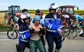 Die französische Polizei musste gegen Protestanten auf der 16. Etappe der Tour de France vorgehen