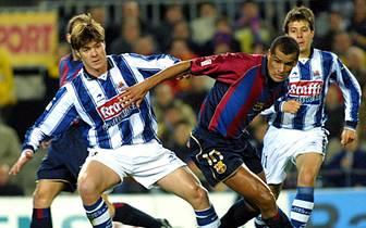 Xabi Alonso startet seine Fußballkarriere bei Real Sociedad San Sebastian und tritt damit in die Fußstapfen seines Vater Periko, der mit dem Klub zwei spanische Meister gewinnt. Für Xabier reicht es 2002/2003 nur zu einer Vizemeisterschaft in der Primera Division