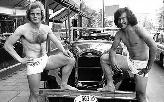 Schon immer gefällt sich Breitner als Lebemann. Hier posiert er während seiner ersten Station beim FC Bayern München (1970 bis 1974) mit Uli Hoeneß (l.) in Unterhose vor einem teuren Oldtimer...