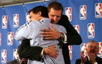 Erstmals erhält ein Dallas Maverick MVP-Ehren. Mavs-Besitzer Mark Cuban freut sich mit seinem Starspieler