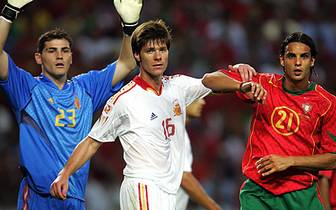 In San Sebastian reift Alonso zum Nationalspieler und gibt als 21-Jähriger 2003 sein Debüt für die Seleccion. 2004 spielt er bei der EM in Portugal sein erstes Turnier, damals schon mit dabei: Iker Casillas (l.) im Tor der Spanier