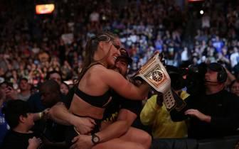 Ronda Rousey (l.) fiel nach dem Sieg beim WWE SummerSlam 2018 Ehemann Travis Browne in die Arme