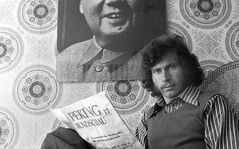 ...ein anderes Mal vor einem Mao-Portät. Nicht immer macht sich Breitner, der 1970 sein Studium an der Pädagogischen Hochschule München für den Profisport abbricht, damit Freunde