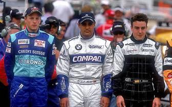 Wie alles begann: 2001 wird Fernando Alonso (r.) als Neuling in der Formel 1 vorgestellt. Er fährt für das Hinterbänkler-Team Minardi. Mit ihm steigen ein gewisser Kimi Räikkönen und Juan Pablo Montoya in die Königsklasse ein