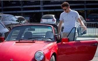 Leon Goretzka mit einem roten Porsche