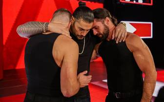Roman Reigns (M.) wurde von Dean Ambrose und Seth Rollins emotional verabschiedet