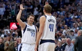 Dirk Nowitzki und Luka Doncic von den Dallas Mavericks