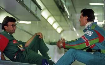 Sein damaliger Teamchef Eddie Jordan (l.) lässt den damals 22-Jährigen allerdings nur ins Cockpit, weil er glaubt, Schumi wäre bereits in Spa gefahren - das ist allerdings nicht der Fall. Später bezichtigt der Ire Schumi der Lüge
