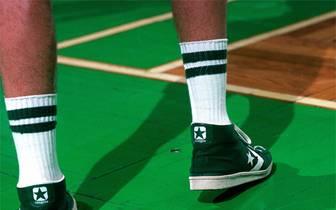 """Wie heißt es bei Loriot: """"Früher war mehr Lametta!"""" Für die Schuhe der NBA-Stars gilt genau das Gegenteil. Während Larry Bird 1981 noch in diesem schlichten grünen Standardmodell auf Korbjagd geht, werden die Kreationen heute immer ausgefallener. SPORT1 zeigt die Schuhe der NBA-Stars"""