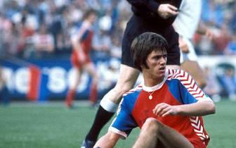 Als Spieler begann er 1974 bei Bayer Uerdingen in der Zweiten Liga. Nach 216 Spielen und 85 Toren wechselte er 1980 dann zum 1. FC Kaiserslautern