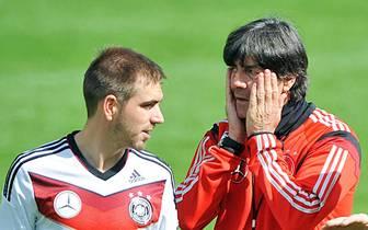 Der Bundestrainer ging vom 4-1-4-1- zurück zur bewährten Ordnung ins 4-2-3-1-System und beorderte Kapitän Philipp vom defensiven Mittelfeld wieder auf die rechte Abwehrseite. Prompt wirkte die Abwehr im Zusammenschluss mit dem starken Innenverteidiger-Duo