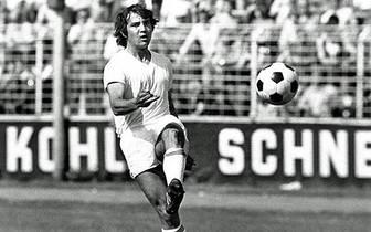 Die Profi-Karriere des Felix Magath beginnt in Saarbrücken. Nachdem er in der Jugend für den VfR Nilkheim und den TV Aschaffenburg kickte, wagt der damals 21-Jährige 1974 den Sprung von Viktoria Aschaffenburg in die Zweite Liga. Für den 1. FC Saarbrücken