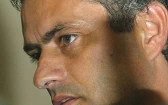 """Nach seinem sensationellen Champions-League-Sieg mit dem FC Porto geht Mourinho im Sommer 2004 nach England. Bei seiner Vorstellung als neuer Trainer des FC Chelsea fallen die berühmten Worte, die man wohl nicht übersetzen muss: """"Please don't call me arrogant, but I'm European champion and I think I'm a special one"""""""