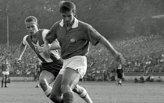 Seine Laufbahn als Spieler startet Rehhagel (l.) bei der TuS Helene Altenessen. Über Rot-Weiß Essen wechselt der Verteidiger 1963 zu Hertha BSC. Dort spielt der gebürtige Essener drei Jahre