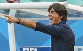 2. LÖWS EINSICHT: Mit vier Innenverteidigern und mit falscher Neun war Bundestrainer Jogi Löw ins Turnier gestartet. Doch nach dem souveränen Auftakterfolg gegen Portugal wurden die Leistungen schlechter, die Kritik an Löws Marschroute wurde lauter. Im Vi