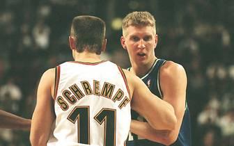 Dirk Nowitzki gibt am 5.2.1999 gegen Detlef Schrempf und die Seattle SuperSonics sein Debüt in der NBA
