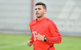 Lucas Hernández steigt am Dienstag ins Mannschaftstraining der Bayern ein