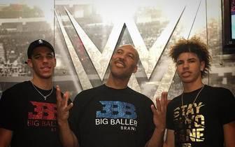 LaMelo Ball (r.) sorgte bei seinem WWE-Auftritt mit Bruder Lonzo und Papa LaVar für Ärger