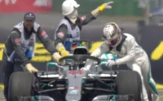 Lewis Hamilton versucht vergeblich, seinen Mercedes in die Box zu schieben
