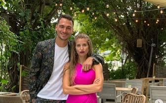 """Mats Hummels ist derzeit wegen seines offenbar nahe bevorstehenden Wechsel zum BVB in aller Munde. Am Sonntag postete der Innenverteidiger ein neues Foto bei Instagram - allerdings nur wegen seines privaten Glücks. """"Vierter Hochzeitstag mit meinem 'Bond Girl'"""", schrieb Hummels, der sich in einem Blumen-Anzug zeigt"""