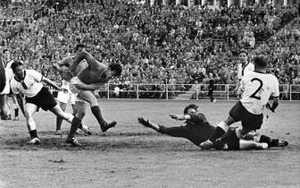 French forward Just Fontaine (2nd L) scores the th