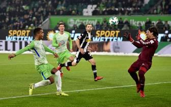 Daniel Didavi (l.) trifft nach raffinierter Vorarbeit von Yunus Malli zum 2:0 für den VfL Wolfsburg