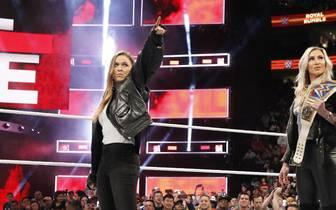 Ronda Rousey (l., mit Charlotte Flair) machte beim WWE Royal Rumble 2018 direkt eine Ansage