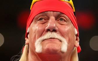 """Hulk Hogan wurde beim Tribut für """"Mean"""" Gene Okerlund emotional"""