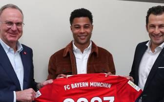 Serge Gnabry (M.) bleibt dem FC Bayern langfristig erhalten