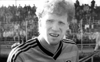 """Sie beginnt in den Nachwuchsmannschaften von Dynamo Dresden. Der Rotschopf arbeitet von Beginn an hart an sich. """"Ich habe meine ganze Arbeit dem Fußball geopfert. Ich war nicht einmal in einem Ferienlager"""", wird er später sagen"""