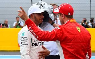 Sebastian Vettel (r.) liegt in der WM-Wertung 24 Punkte hinter Lewis Hamilton