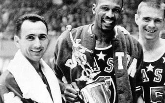 BILL RUSSELL UND BOB COUSY: Als erstes Traumduo in der NBA gehen Bob Cousy (l.) und Bill Russell (M.) in die Annalen ein. Auch wenn die Punkteausbeute der beiden bei den Boston Celtics nicht die stärkste war, unter ihrer Regie holt der Rekordtitelträger zwischen 1957 und 1963 sechs Titel in sieben Jahren
