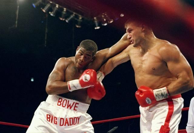 1996 boxte Riddick Bowe gegen Andrew Golota (r.), der wegen wiederholter Tiefschläge disqualifiziert wurde