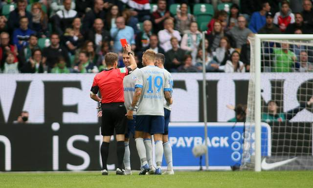 Referee Patrick Ittrich zeigt Schalkes Matija Nastasic die Rote Karte