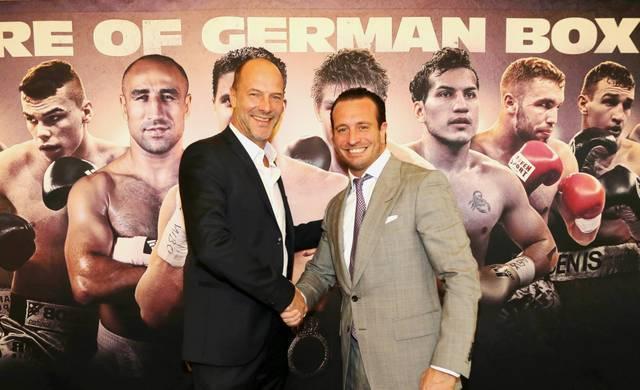 Constantin-Medien-Vorstand Olaf Schröder und Kalle Sauerland auf der Pressekonferenz in Hamburg.