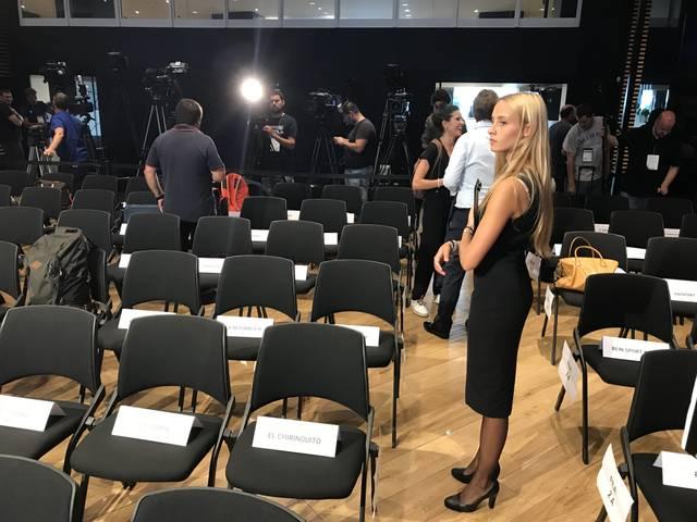 Von charmanten Damen werden die Journalisten zu ihren Plätzen geführt